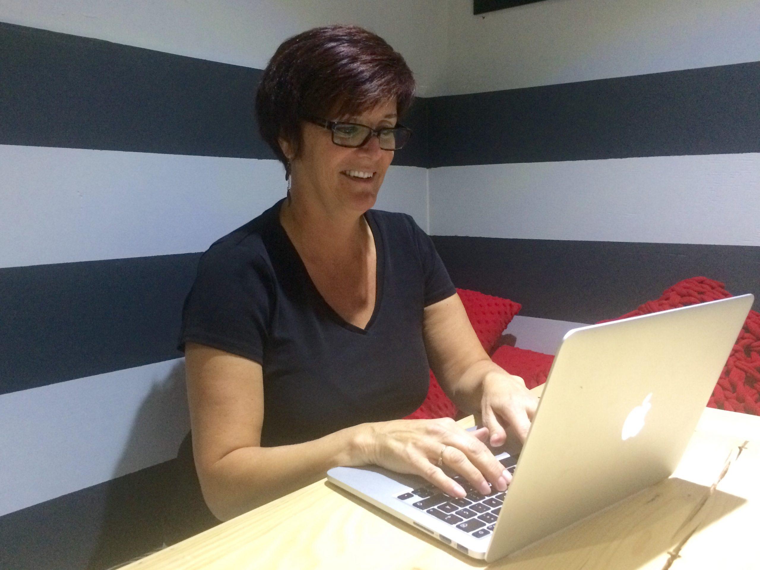 Céline Filteau, bénévole, qui s'occupe des réseaux sociaux à la Société Provancher