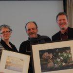 M. Bigras reçoit le Certificat Gens d'action 2015 ainsi qu'une lithographie des mains de Mme Christine Bélanger (Fondation de la Faune du Québec) et M. Pierre-Martin Marotte (Société Provancher)