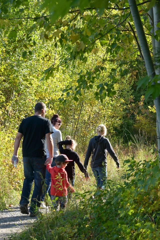 L'une des petites familles qui ont profité de cette magnifique journée d'automne à la Réserve naturelle du Marais-Léon-Provencher lors de la journée de la culture le 2 octobre 2016 (Photo: Nelson Boisvert)