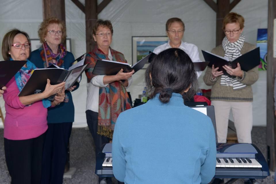 La chorale a réjoui les visiteurs au préau et le long des sentiers. lors de la journée de la culture à la Réserve naturelle du Marais-Léon-Provencher (Photo: Nelson Boisvert)