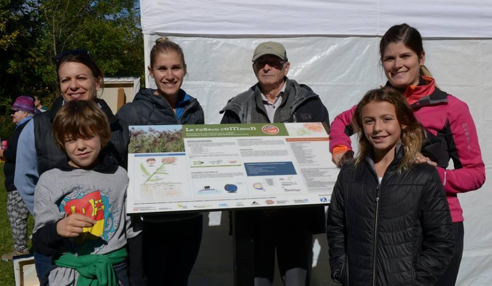 Dévoilement du panneau d'information sur le roseau commun préparé par des élèves de quatrième année de l'Externat St-Jean-Berchmans à la journée de la culture à la Réserve naturelle du Marais-Léon-Provencher le 2 octobre 2016 (Photo: Nelson Boisvert)