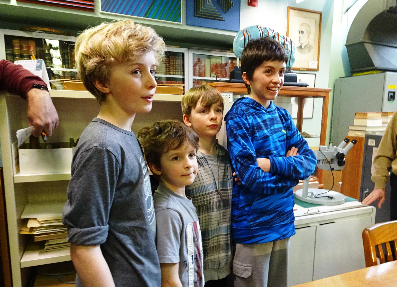 Des enfants ont visité la collection de Léon-Provancher durant la semaine de relâche 2017 à l'Université Laval