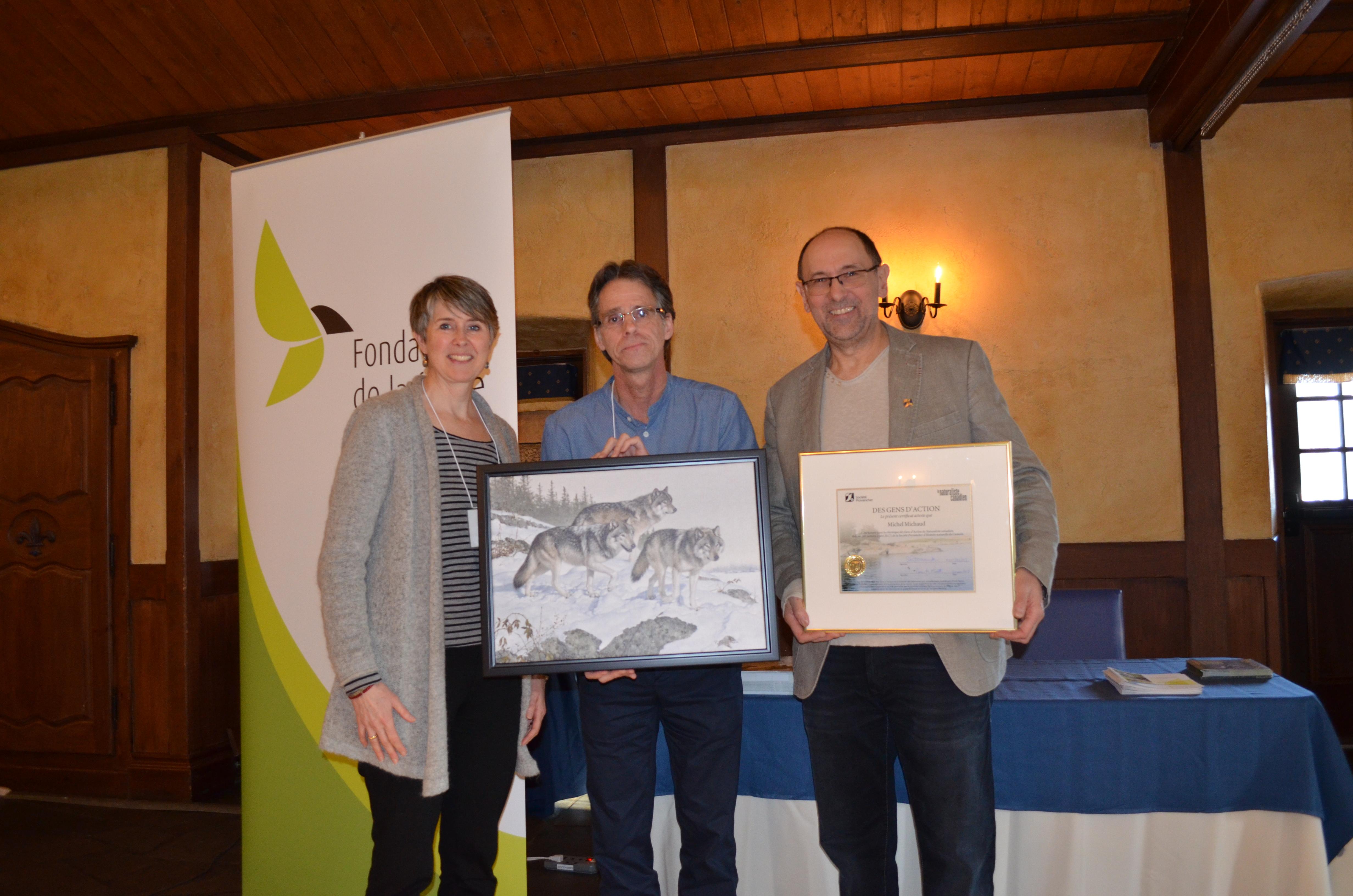 En compagnie de M. Pierre-Martin Marotte (Société Provancher) et de Mme Geneviève Roy (Fondation de la Faune du Québec), M. Michel Michaud reçoit le certificat « Gens d'action 2016 » ainsi qu'une lithographie (Photo: Nature Québec)