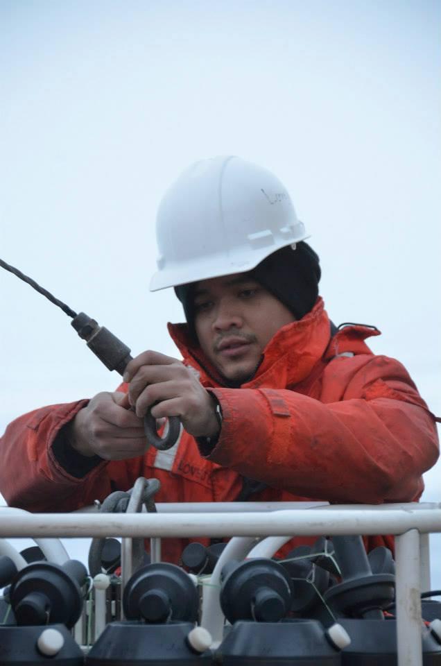 Deo Onda prépare le CTD-Rosette pour le déploiement (Photo: Deo F.L. Onda)
