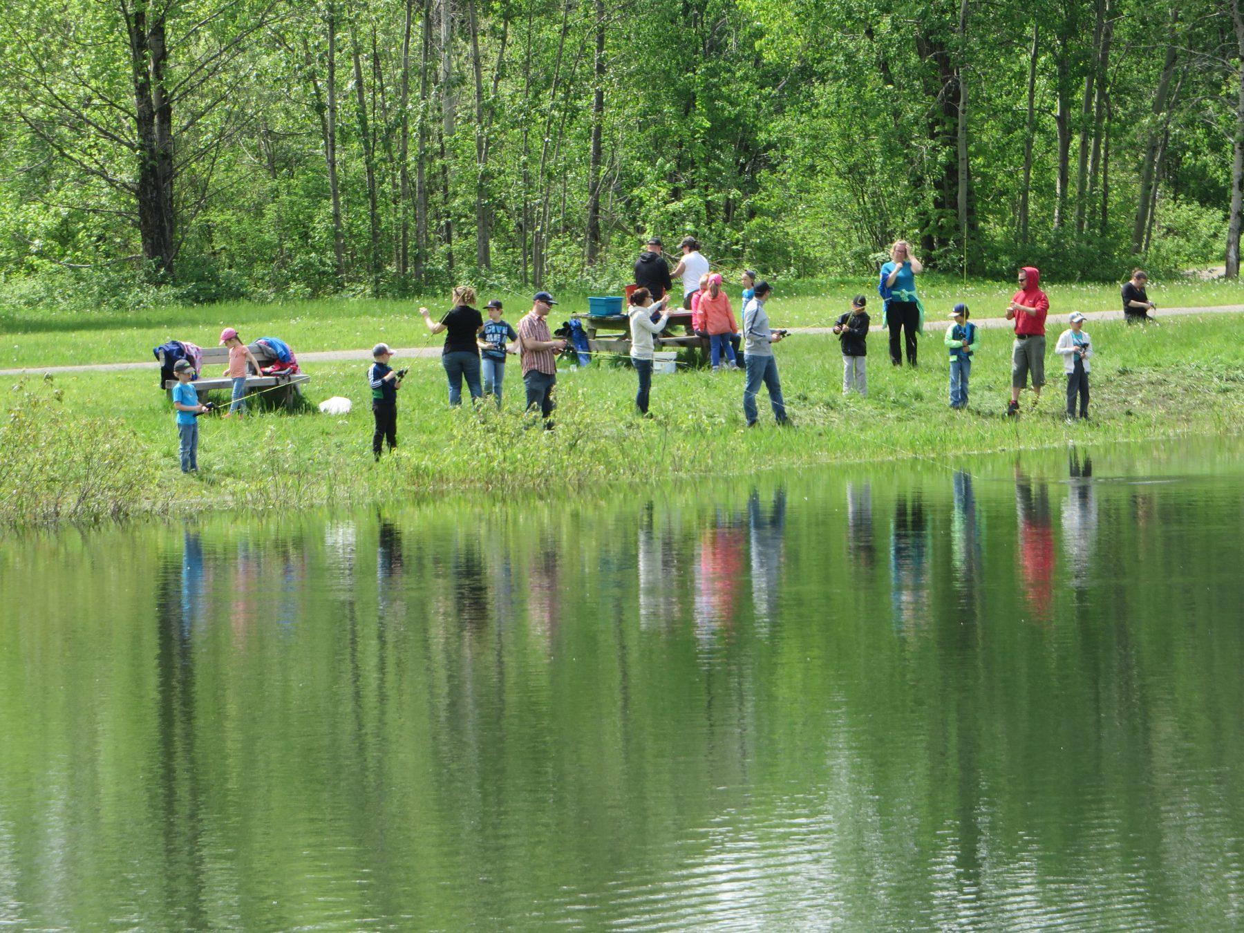 La Pêche en ville est une activité se déroulant en juin de chaque année. Elle permet aux jeunes de s'initier à la pêche. Plusieurs jeunes viennent accompagnés de leurs parents à la Base de plein air de Sainte-Foy.