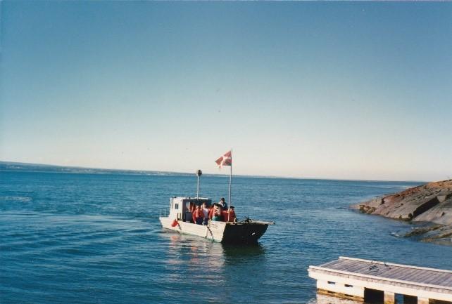 L'Esquimau, bateau à fond plat, propriété de Raynald Dionne, gardien, arrivant à l'île aux Basques, le 25 août 1989