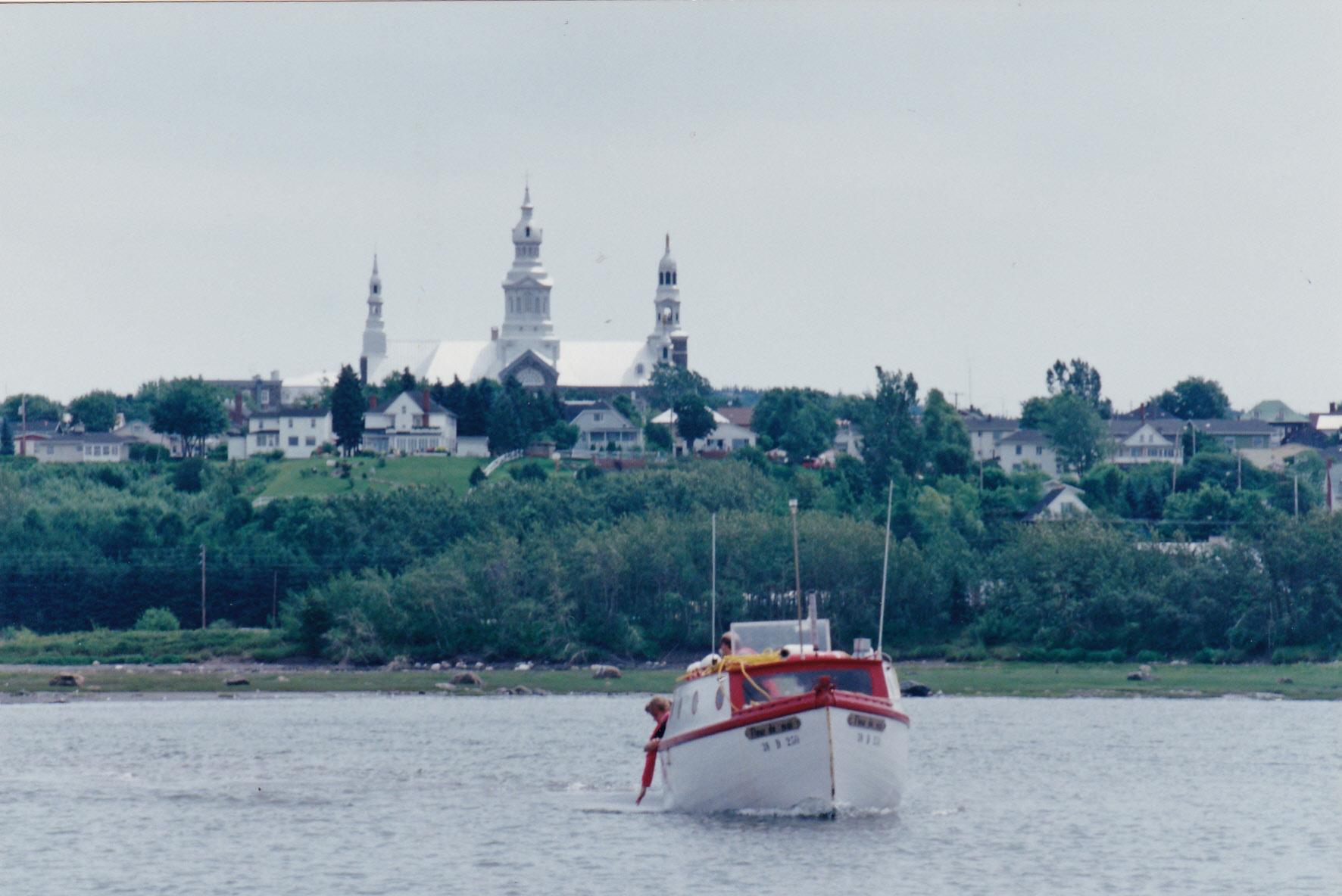 Le bateau Fleur de mai en face de Trois-Pistoles. Photo: Jean-Pierre Rioux