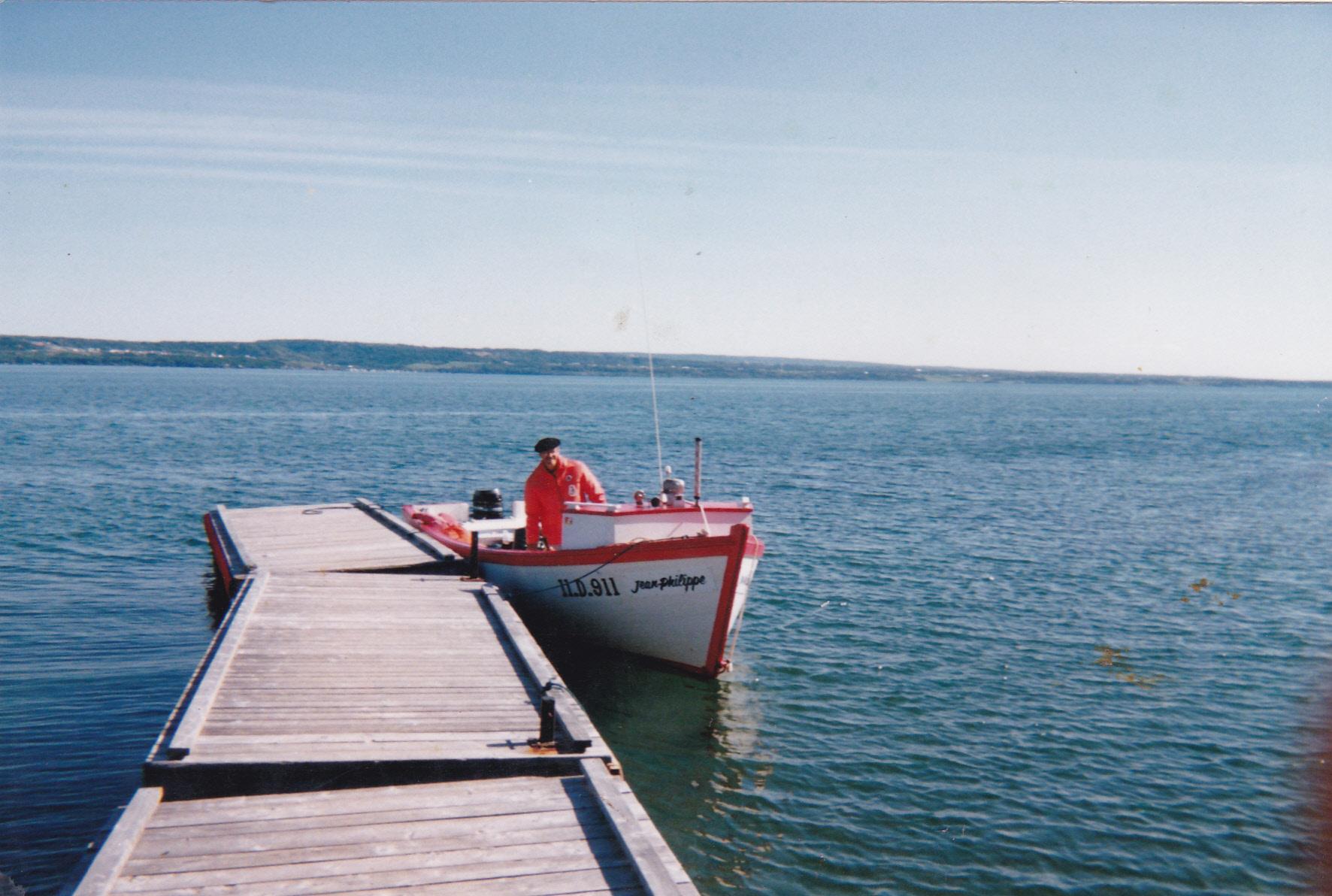 Le bateau Jean-Philippe accosté à l'île aux Basques par le capitaine Jean-Pierre Rioux. Photo Jean-Pierre Rioux