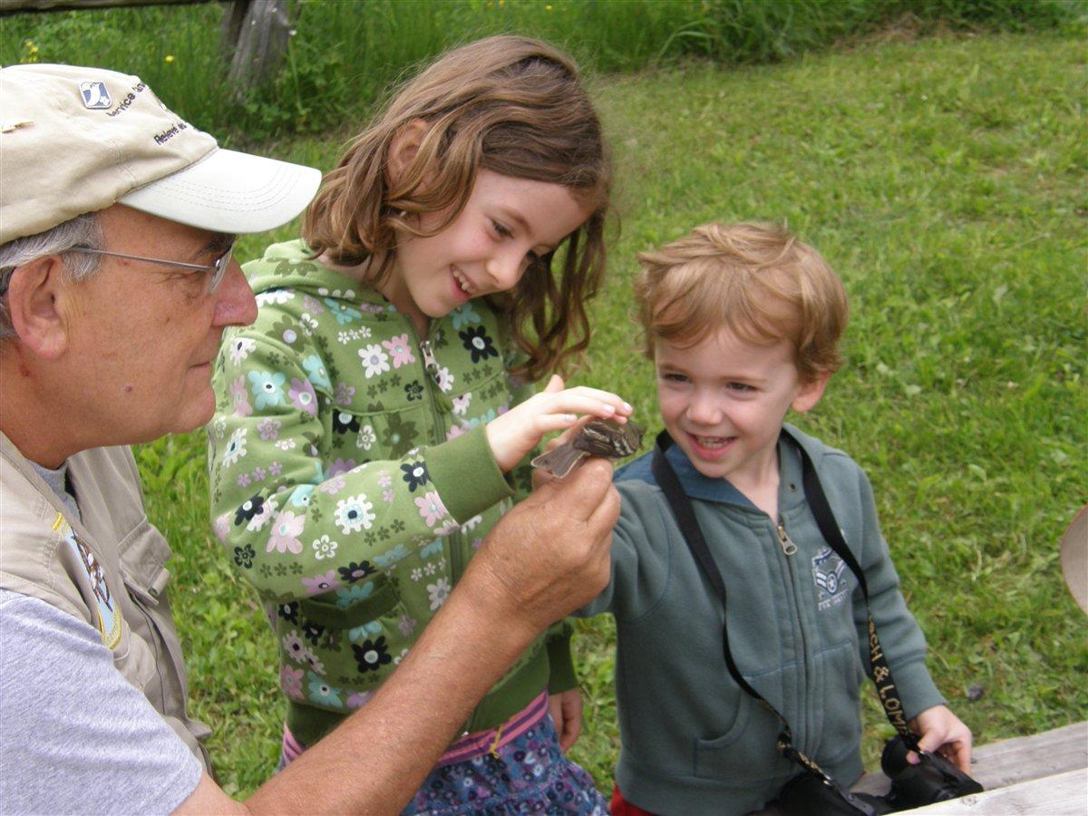 Réginald Ouellet et deux jeunes : transmettre aux jeunes l'amour de la nature. Photo: Gilles Gaboury