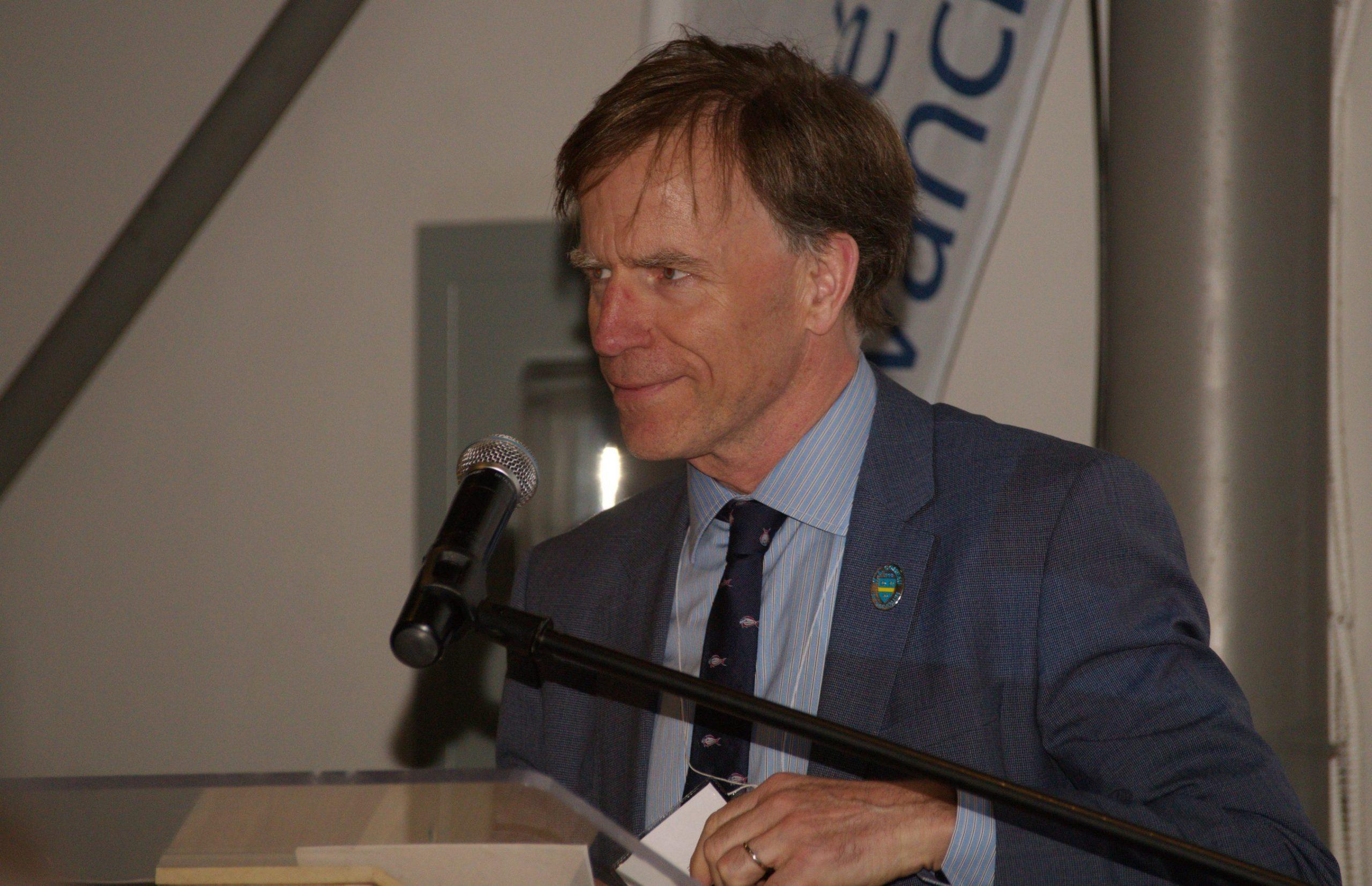 M. Evan Price, président d'honneur de la cérémonie d'ouverture du centenaire de la Société Provancher, lors de son allocution. Photo: Nicole Bruneau
