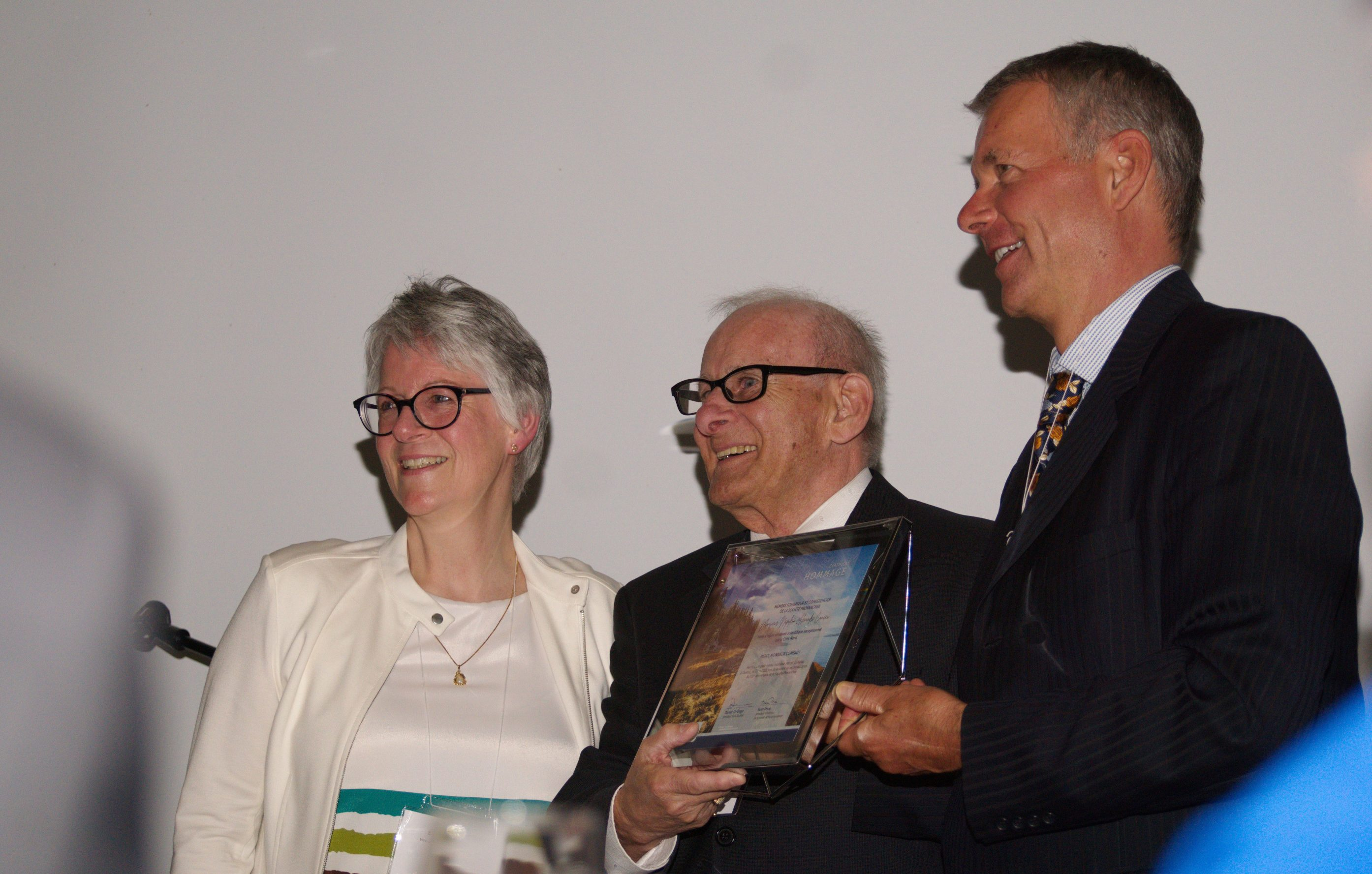 Remise d'un certificat de reconnaissance à M. Marcel Comeau par les deux vice-présidents de la Société Provancher, Mme Élisabeth Bossert et M. Jean Tremblay. Photo: Nicole Bruneau