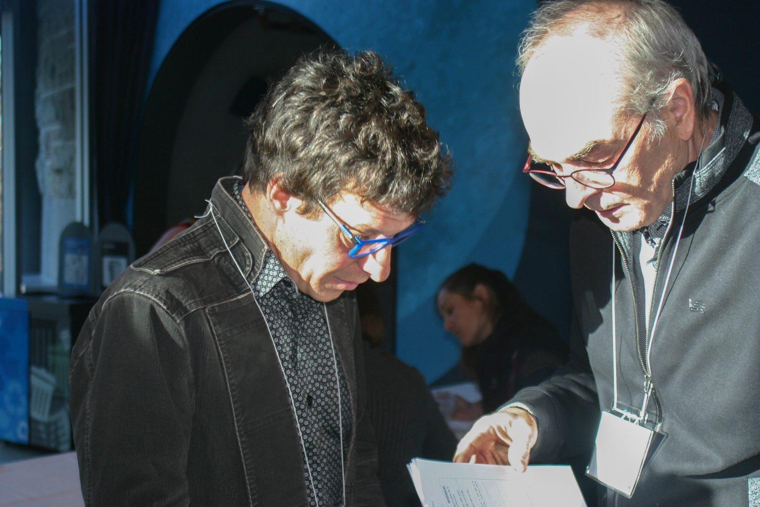 MM. Éric Dussault et Réhaume Courtois discutent des derniers ajustements à l'horaire de la soirée. Photo: Marianne Kugler