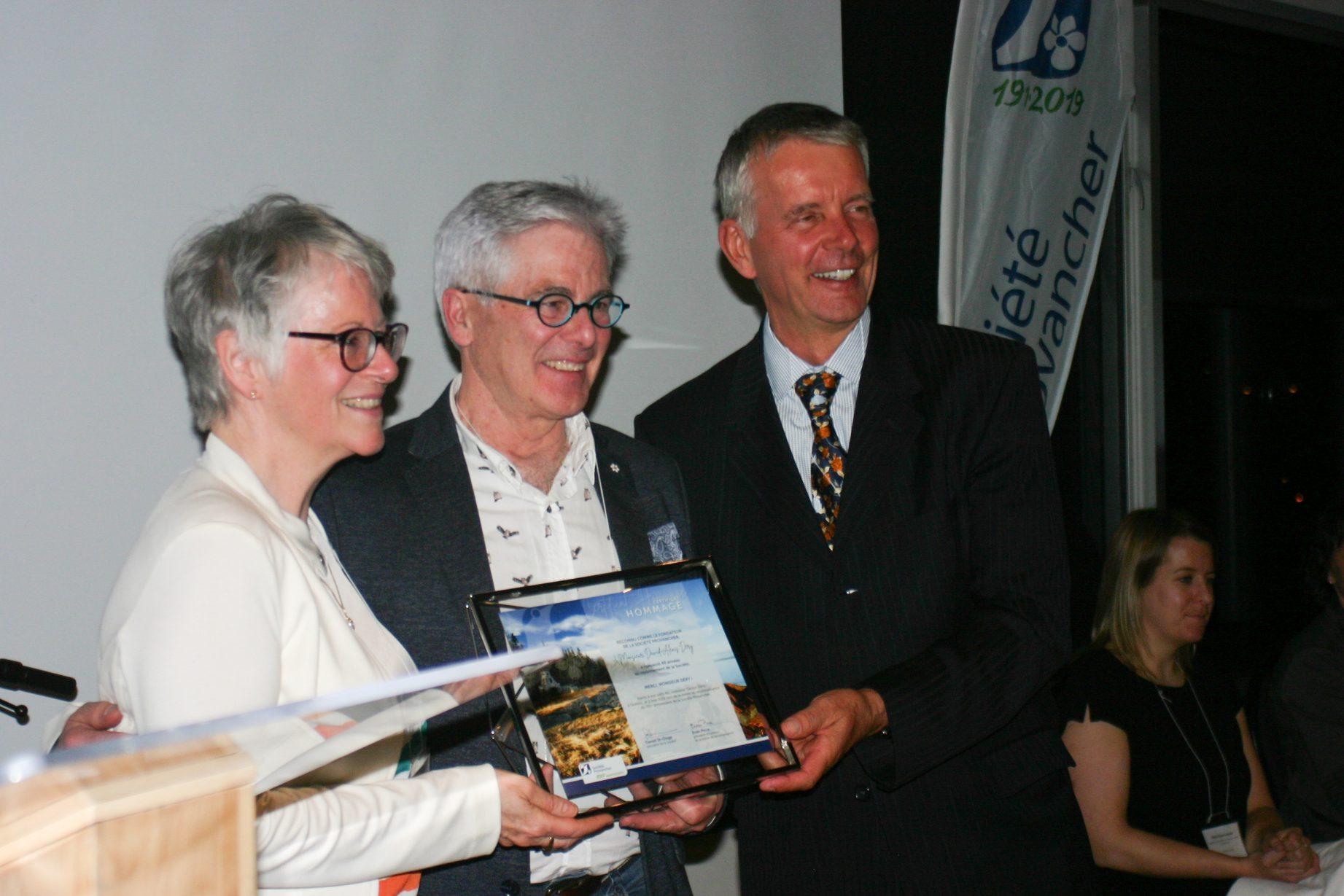 Remise d'un certificat de reconnaissance à M. Gaston Déry par les deux vice-présidents de la Société Provancher, Mme Élisabeth Bossert et M. Jean Tremblay. Photo: Marianne Kugler