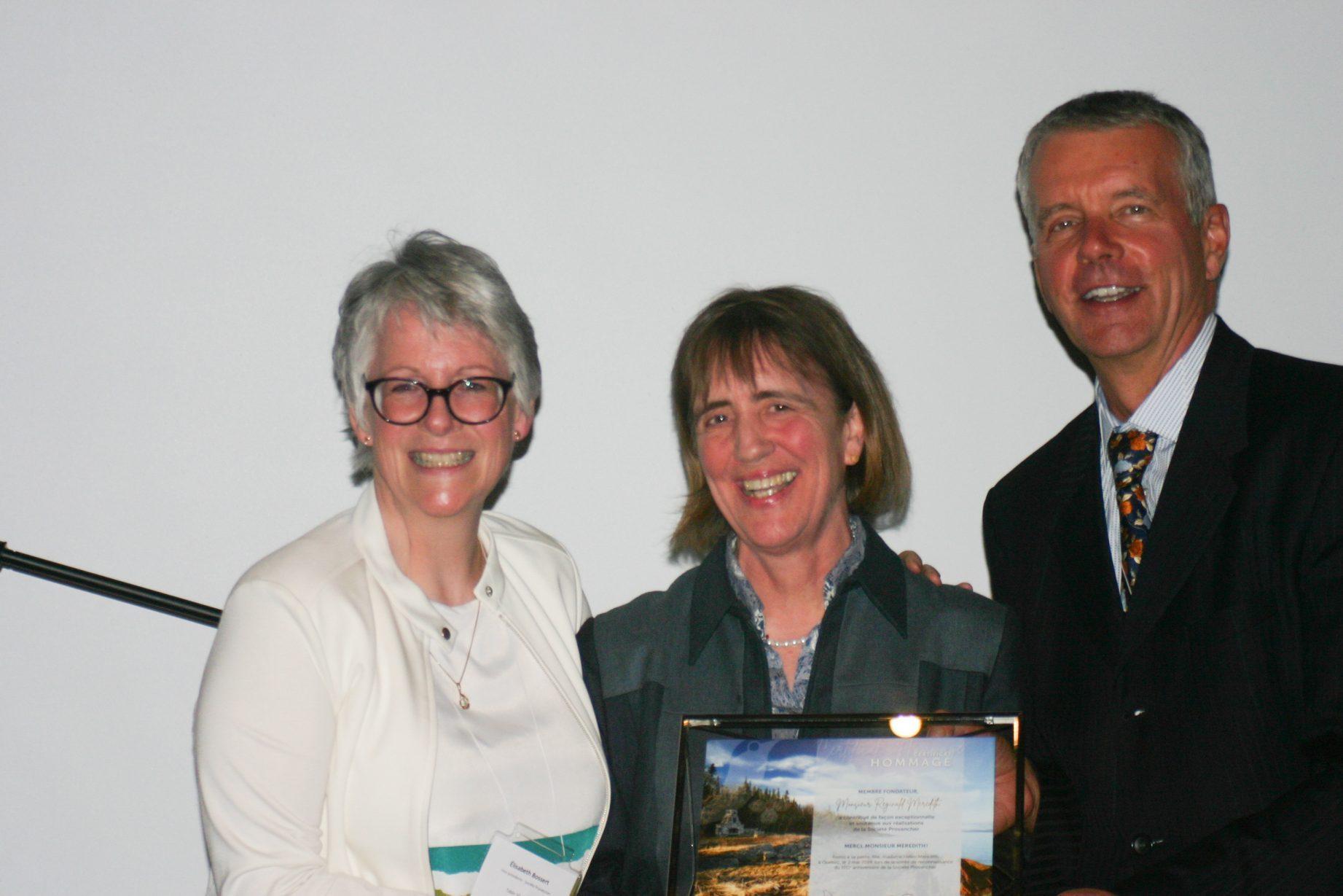 Remise d'un certificat de reconnaissance à Mme Helen Meredith par les deux vice-présidents de la Société Provancher, Mme Élisabeth Bossert et M. Jean Tremblay. Photo: Marianne Kugler.