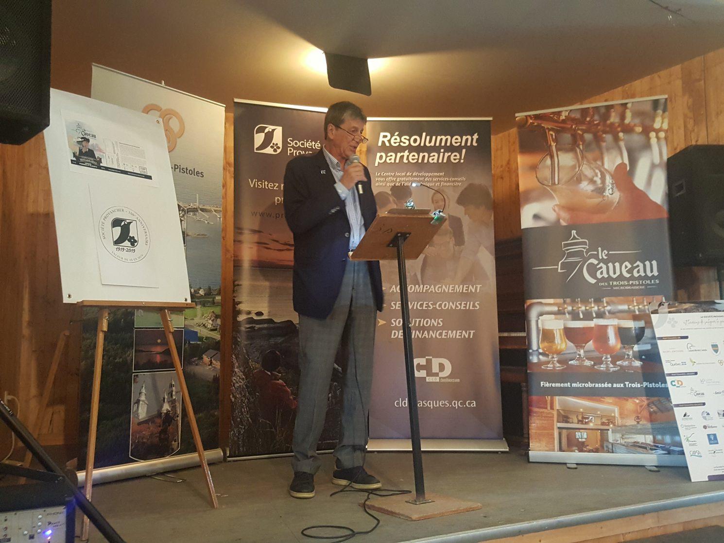 Caveau des Trois-Pistoles, le 20 juin 2019. M. Daniel St-Onge, président de la Société Provancher, a présenté les principales activités offertes au Bas-Saint-Laurent dans la cadre du centenaire. Photo : Élisabeth Bossert.