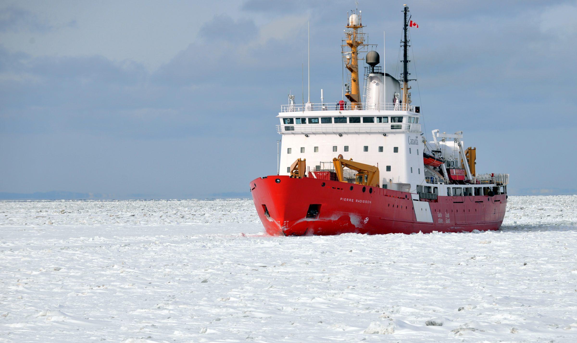 Le brise-glace canadien Pierre Radisson sillonnant les mers gelées. Photo : Émilien Pelletier.