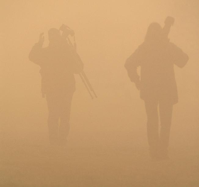 Deux photographes marchant dans la brume au Marais-Léon-Provancher. Photo : Yvan Bédard.