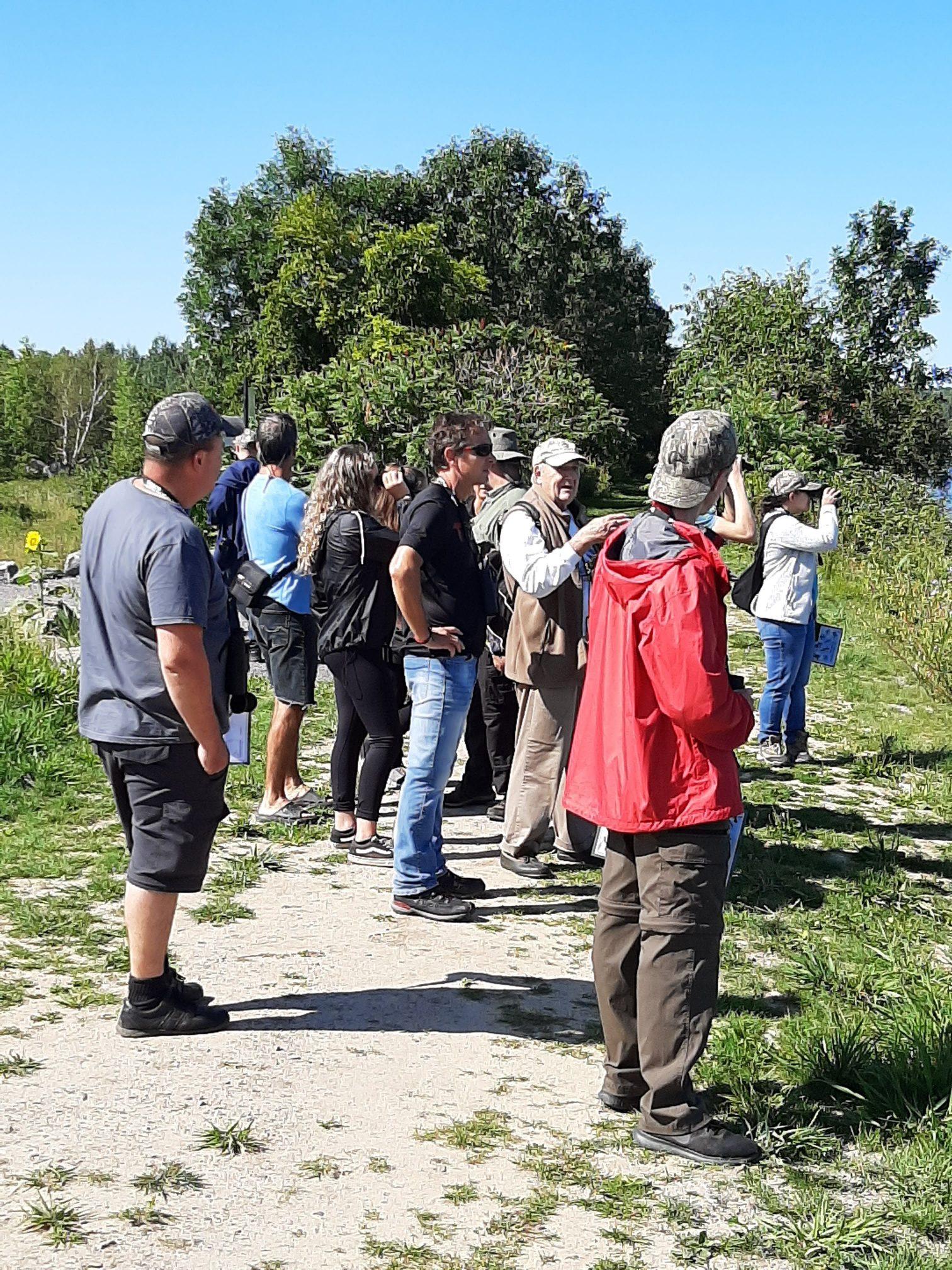 Les jeunes chasseurs de sauvagine sont initiés par Réginald Ouellet à l'observation des canards le long de la digue au marais Léon-Provancher, le 25 août 2019. Un autre bel exemple de la fréquentation de la Réserve naturelle du Marais-Léon-Provancher. Photo : Pierre Lapointe.