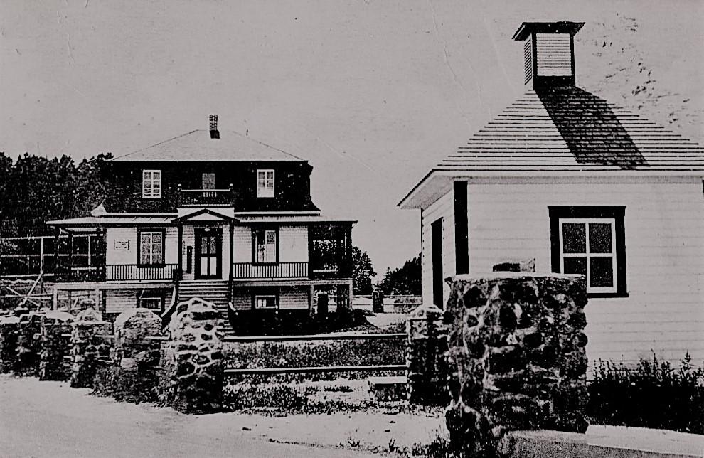 Photo d'archives de la Station biologique de Trois-Pistoles inaugurée en 1931. On peut voir des vestiges de ce bâtiment tout près du quai de Trois-Pistoles.