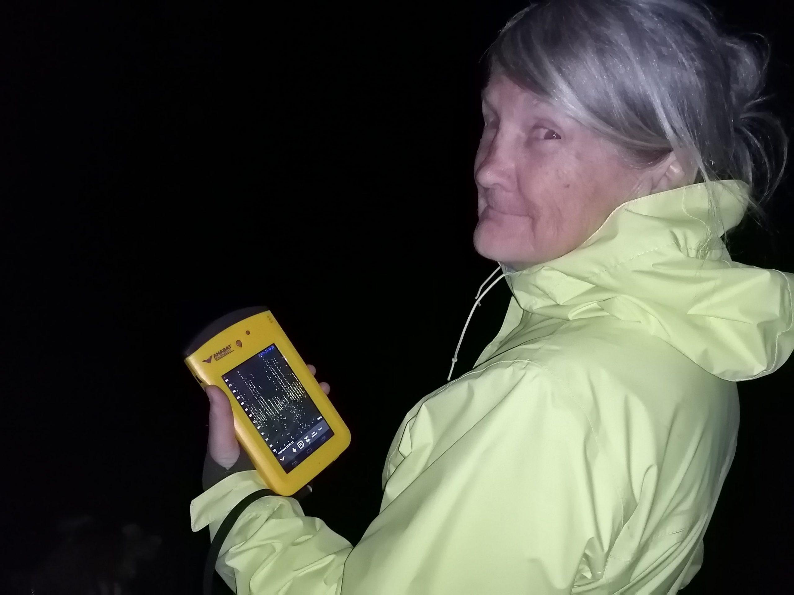 Une participante montre fièrement son anabat, le moniteur qui permet de détecter les cris de chauve-souris. Photo : Pascale Forget