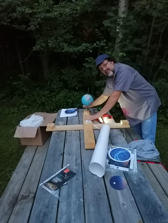 M. Daniel Bernard, spécialiste en astronomie se prépare pour une soirée d'observations du ciel, le 10 août 2019, au Marais-Léon-Provancher! Photo : Pascale Forget.