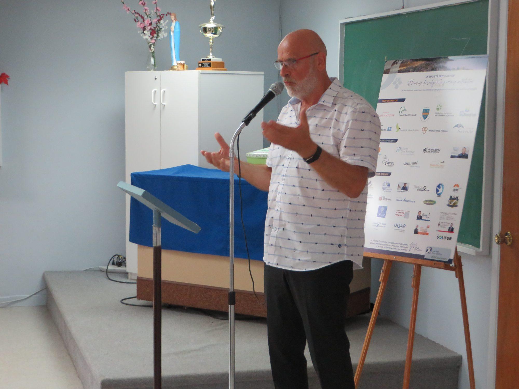 M. Jean-Pierre Rioux, maire de Trois-Pistoles et gardien de l'île aux Basques, donnant sa conférence sur l'île aux Basques. Brunch du centenaire de la Société Provancher, le 22 septembre 2019, à l'Abri Doré de Trois-Pistoles. Photo : Réhaume Courtois.