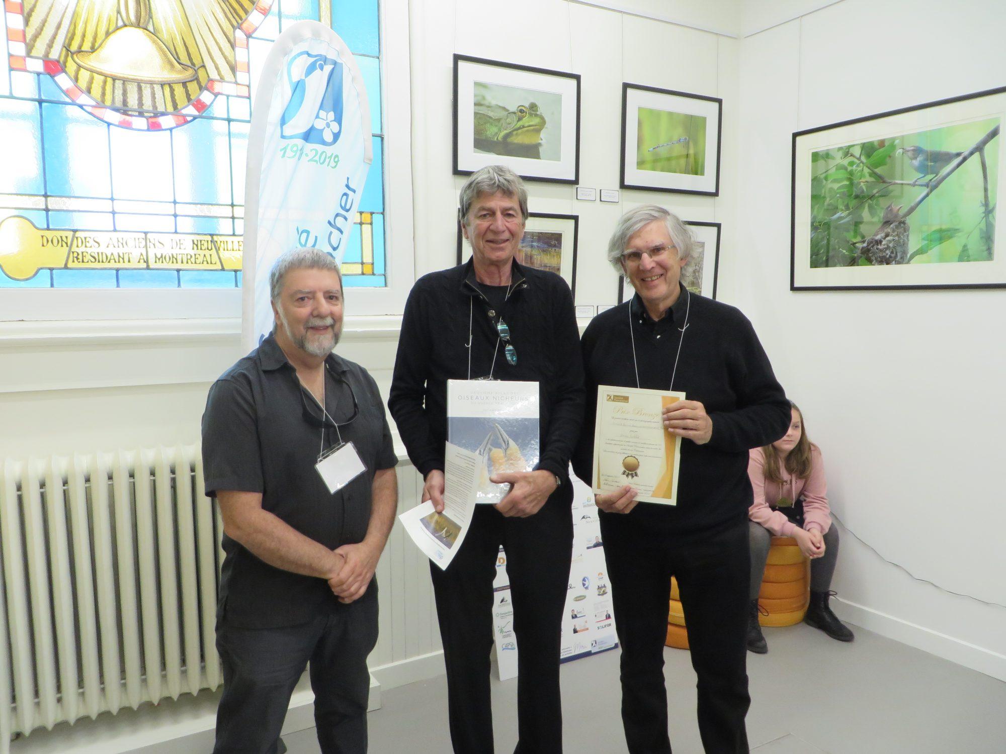 Le gagnant du prix BRONZE, M. Jean Labbé (à droite) en compagnie du président du jury, M. Yvan Bédard et de M. Daniel St-Onge, président de la Société Provancher. Photo : Réhaume Courtois.