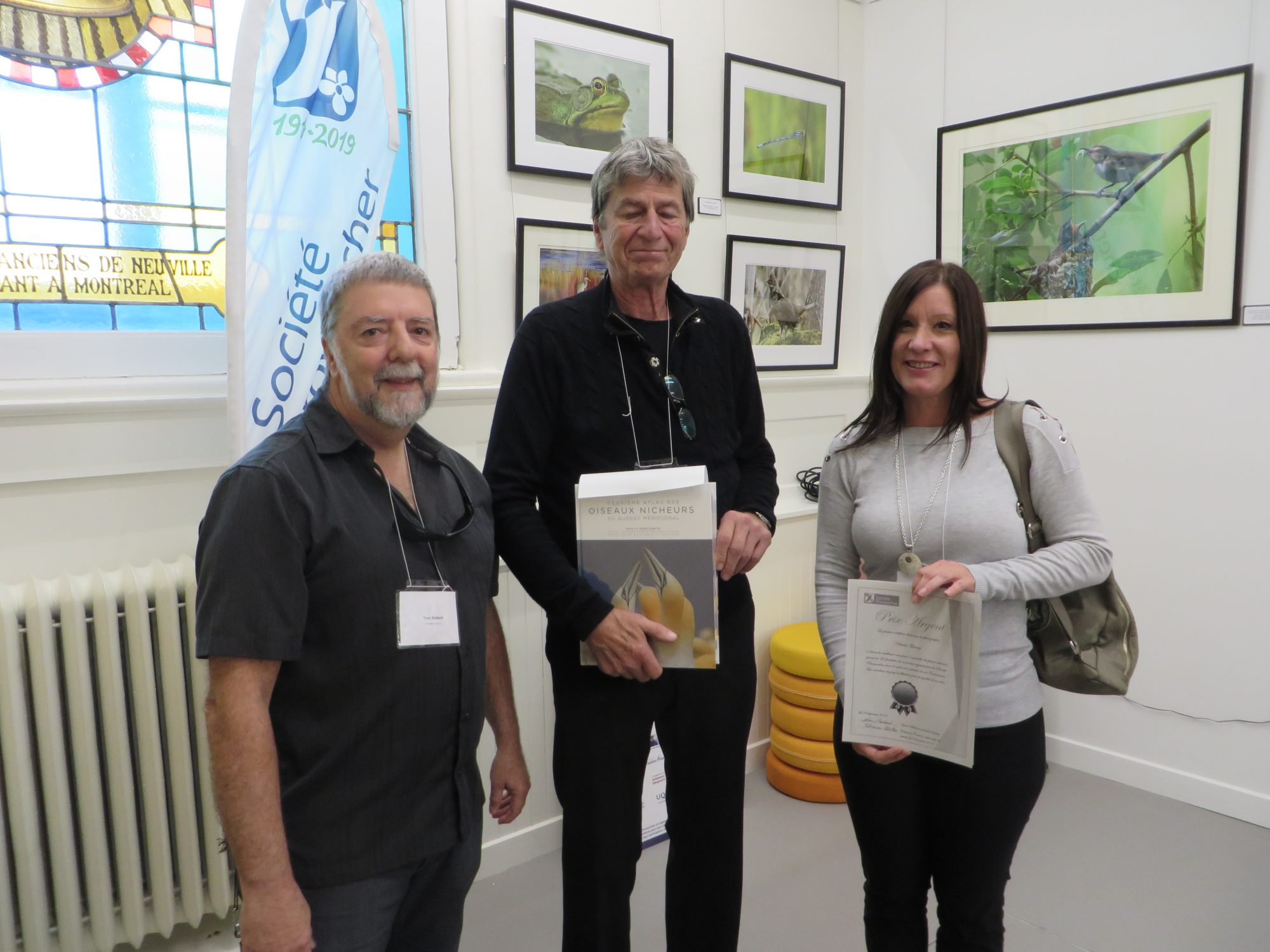 La gagnante du prix ARGENT, Mme Nathalie Théberge, en compagnie du président du jury, M. Yvan Bédard et de M. Daniel St-Onge, président de la Société Provancher. Photo : Réhaume Courtois.