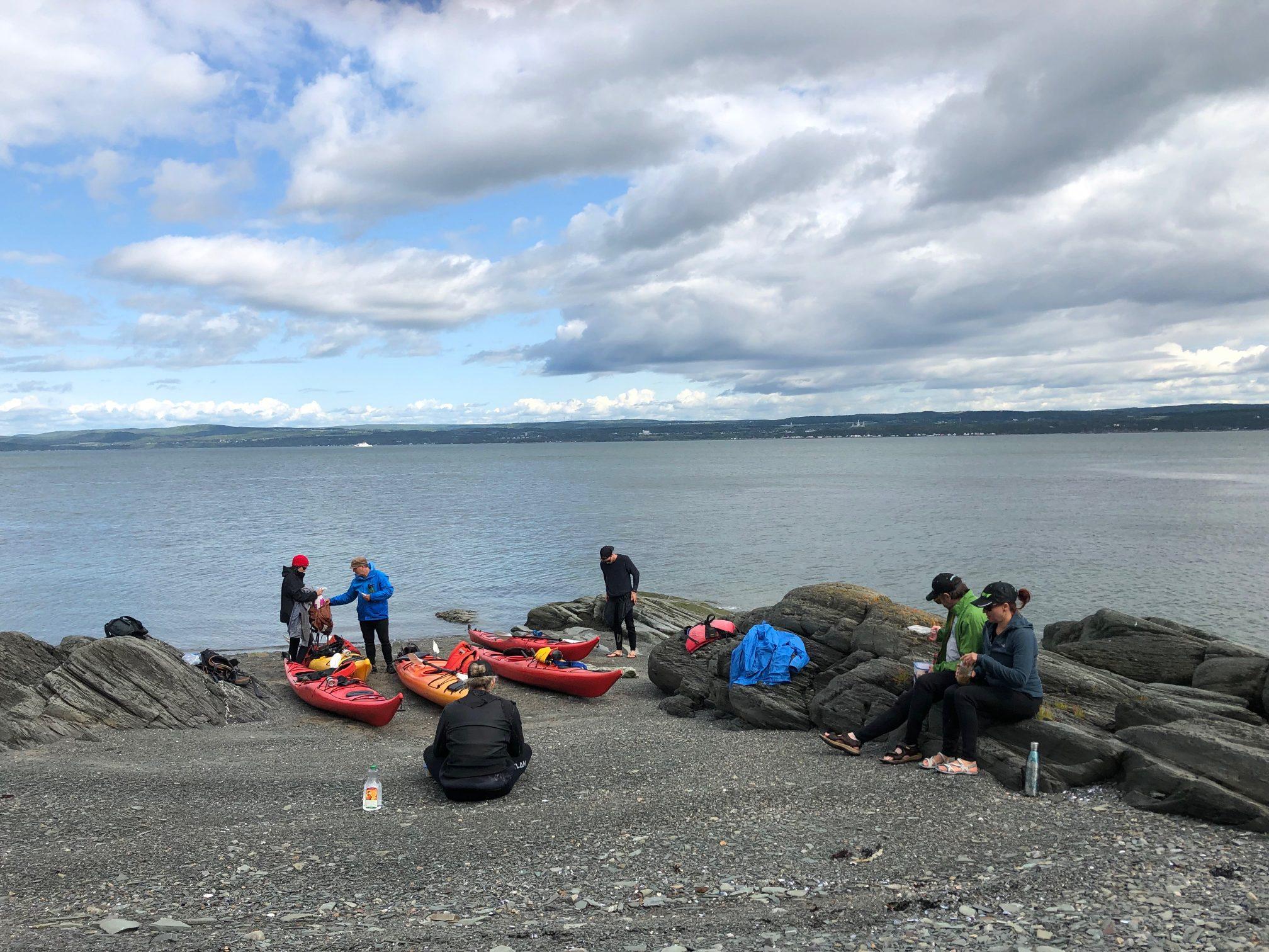 À la suite de leurs efforts, les 6 kayakistes de la Coop de kayak de mer des îles ont pu déguster leur goûter avant de se diriger vers les vestiges basques de l'île aux Basques. Photo : Jean-Nil Poirier Morissette.