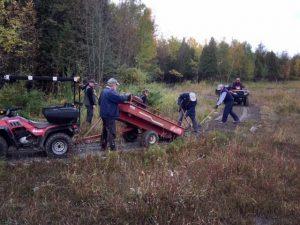 Bénévoles travaillant à la création du sentier pour personnes à mobilité réduite au marais Léon-Provancher