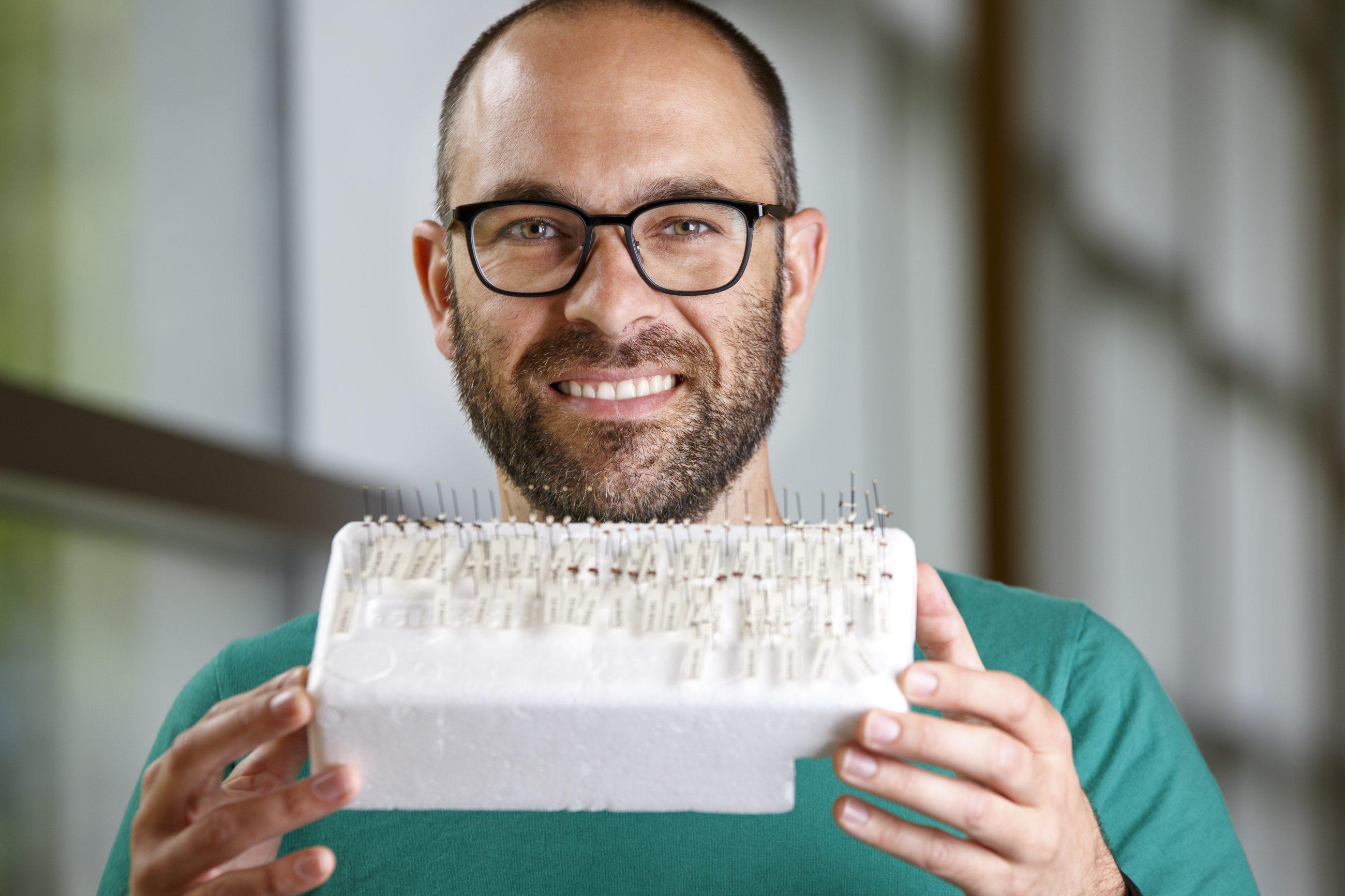 M. Jean-Philippe Lessard, professeur et chercheur à l'Univsersité Concordia, Montréal, tenant entre ses mains une collection de fourmis!