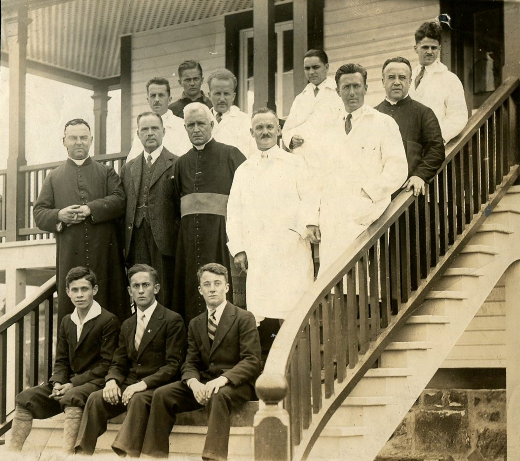 Photo de 1930 devant la Station de biologie marine du Saint-Laurent de Trois-Pistoles, illustrant quelques étudiants et les enseignants. Photo : Collection D.A. Déry.