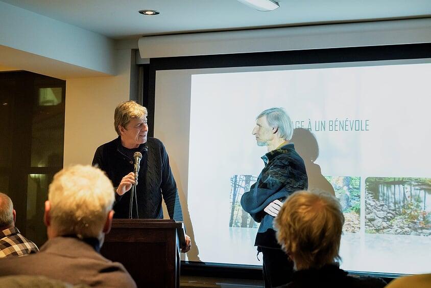 Le président de la Société Provancher, Daniel St-Onge, adresse ses remerciements à Michel Lepage, bénévole émérite 2019, lors de la soirée-reconnaissance des bénévoles de la Société Provancher, le 20 février 2020. Photo : Nathalie Thivierge.