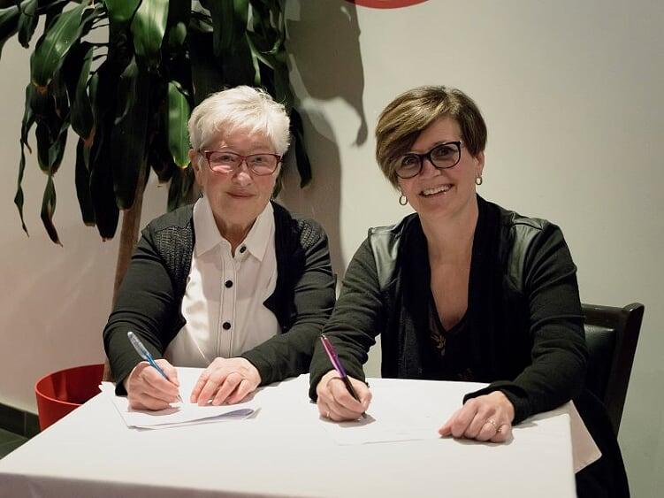 Mmes Hélène Bonnelli et Céline Filteau étaient les responsables de l'accueil lors de la soirée-reconnaissance des bénévoles 2020. L'évément s'est tenu au restaurant Le Piolet, à Loretteville, le 20 février 2020. Photo : Nathalie Thivierge.