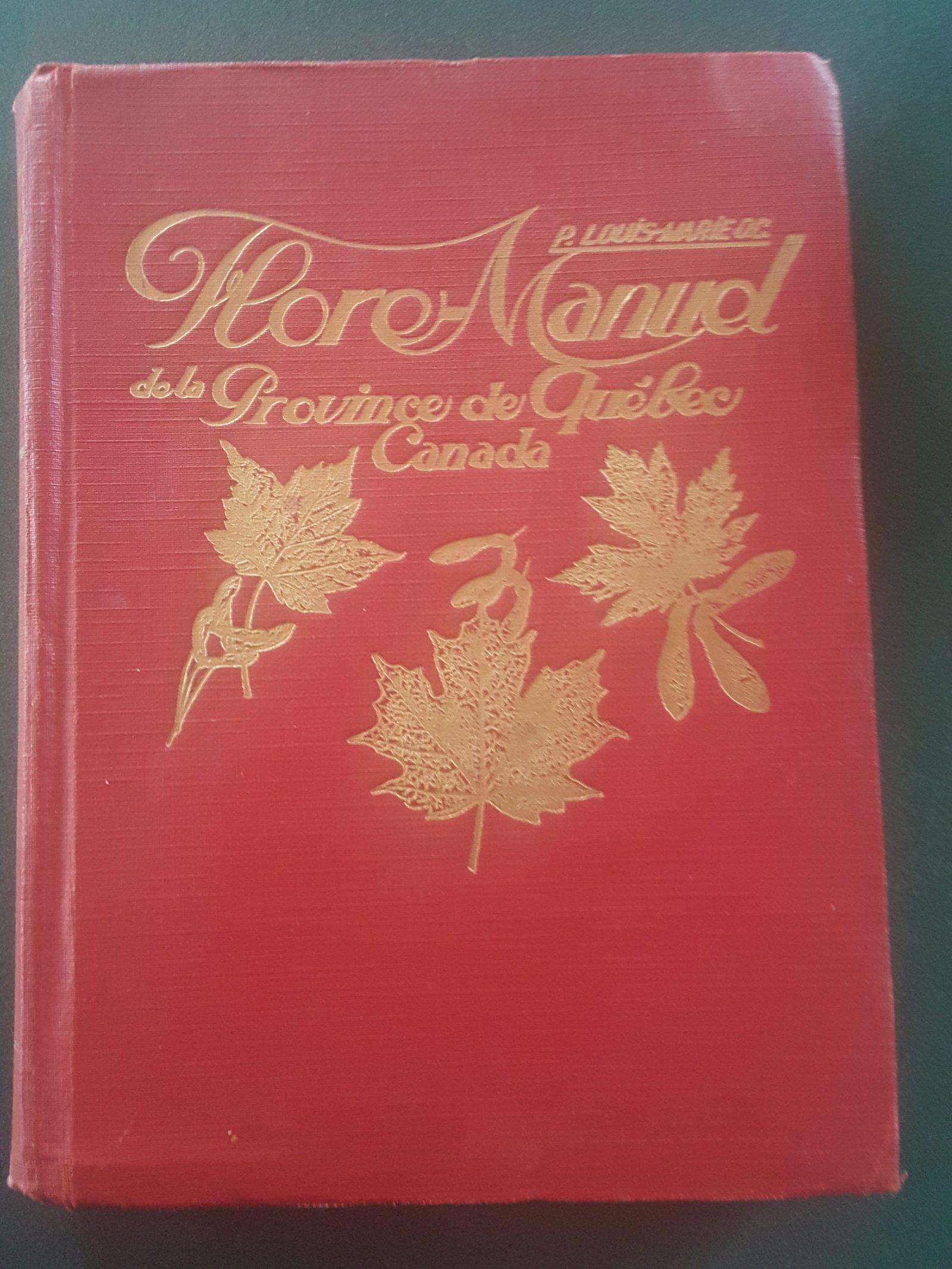 Voici un exemplaire original de la Flore-Manuel de la Province de Québec, publié en 1931. L'auteur en est le Père Louis-Marie, dont le nom a été donné à l'Herbier de l'Université Laval. Photo : Élisabeth Bossert.