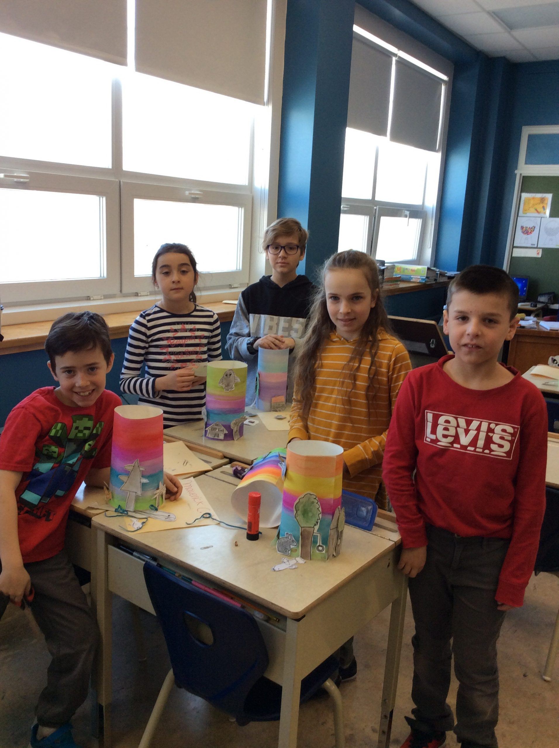 """Quelques élèves de l'École Litalien de la Commission scolaire du Fleuve-et-des-Lacs de Trois-Pistoles travaillent au projet """"Une île c'est fragile"""". Photo : Anny Charron."""