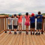 Camp de jour de la Maison Léon-Provancher, juilet 2020. Sur le bout des pieds, les jeunes admirent le marais Léon-Provancher, à partir de la nouvelle grande platefome d'observation.