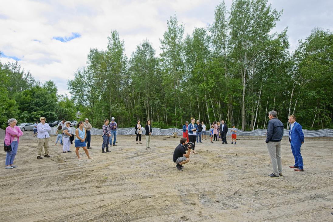 Annonce de la construction d'un pavillon d'accueil à la réserve naturelle du Marais-Léon-Provancher, en présence du président de la Société Provancher, M. Daniel St-Onge, et du maire de la Ville de Neuville, M. Bernard Gaudreau, le 6 août 2020.