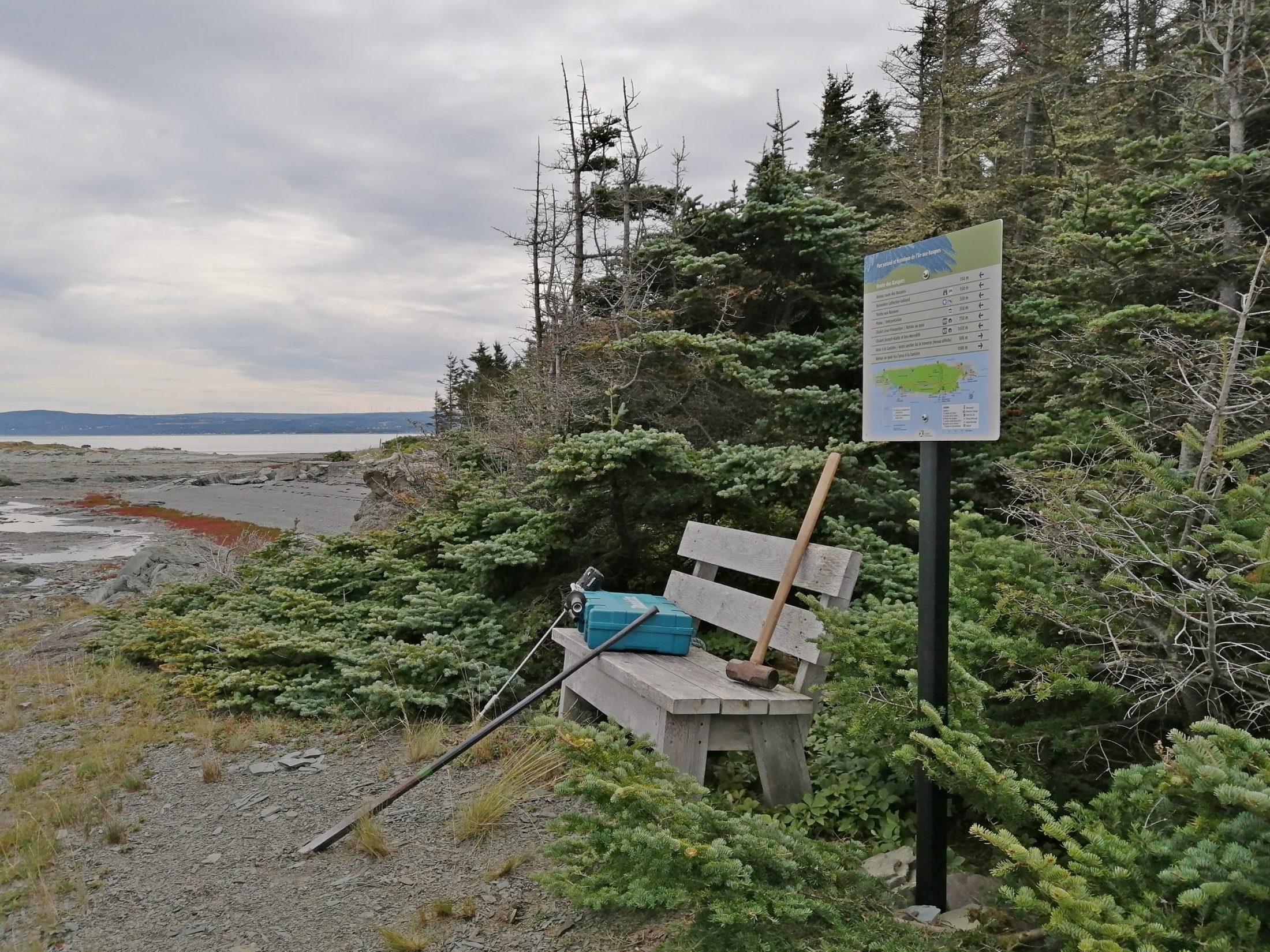 Des informations ont été placés aux endroits stratégiques. Ici, à l'anse de la Canistre située à l'est de l'île.