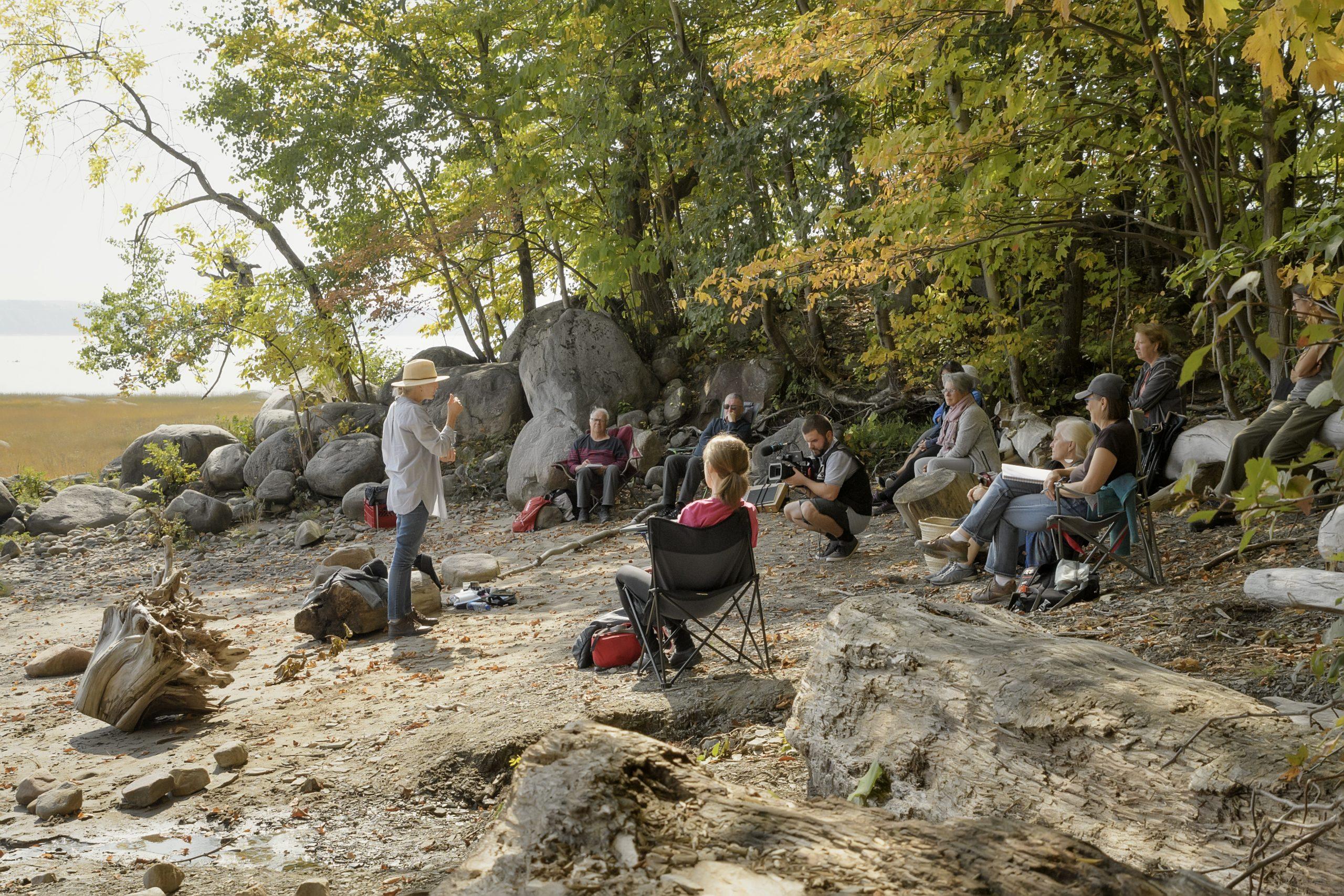 Lors de la journée porte ouverte du 26 septembre 2020 à la réserve naturelle du Marais-Léon-Provancher, l'artiste aquarelliste Joanne Ouellet anime un atelier d'initiation à l'aquarelle en bordure du fleuve Saint-Laurent.