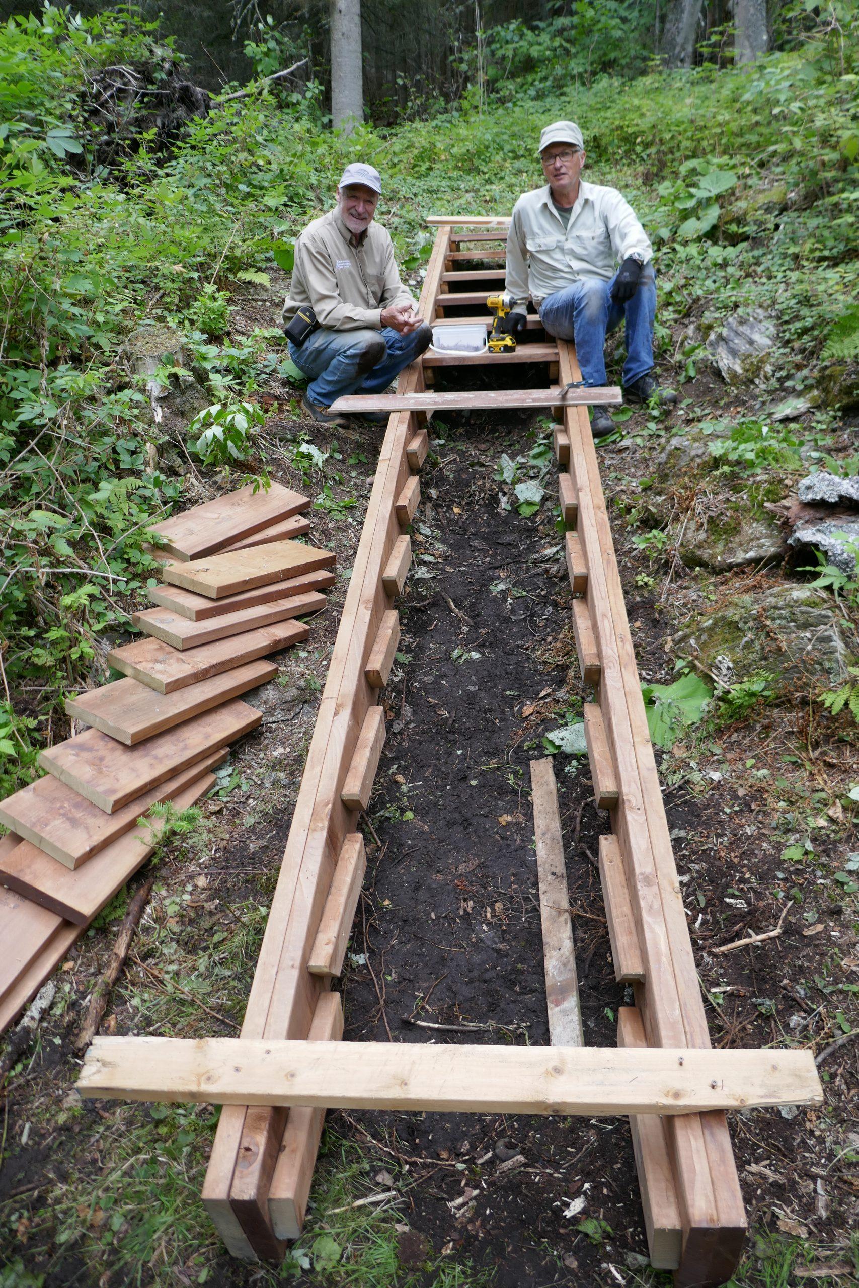 Daniel Banville et Jean Bernier, deux bénévoles s'affairent à construire un escalier au pied du sentier de la Falaise, à l'île aux Basques, en début de septembre 2020. Photo : Daniel Banville.