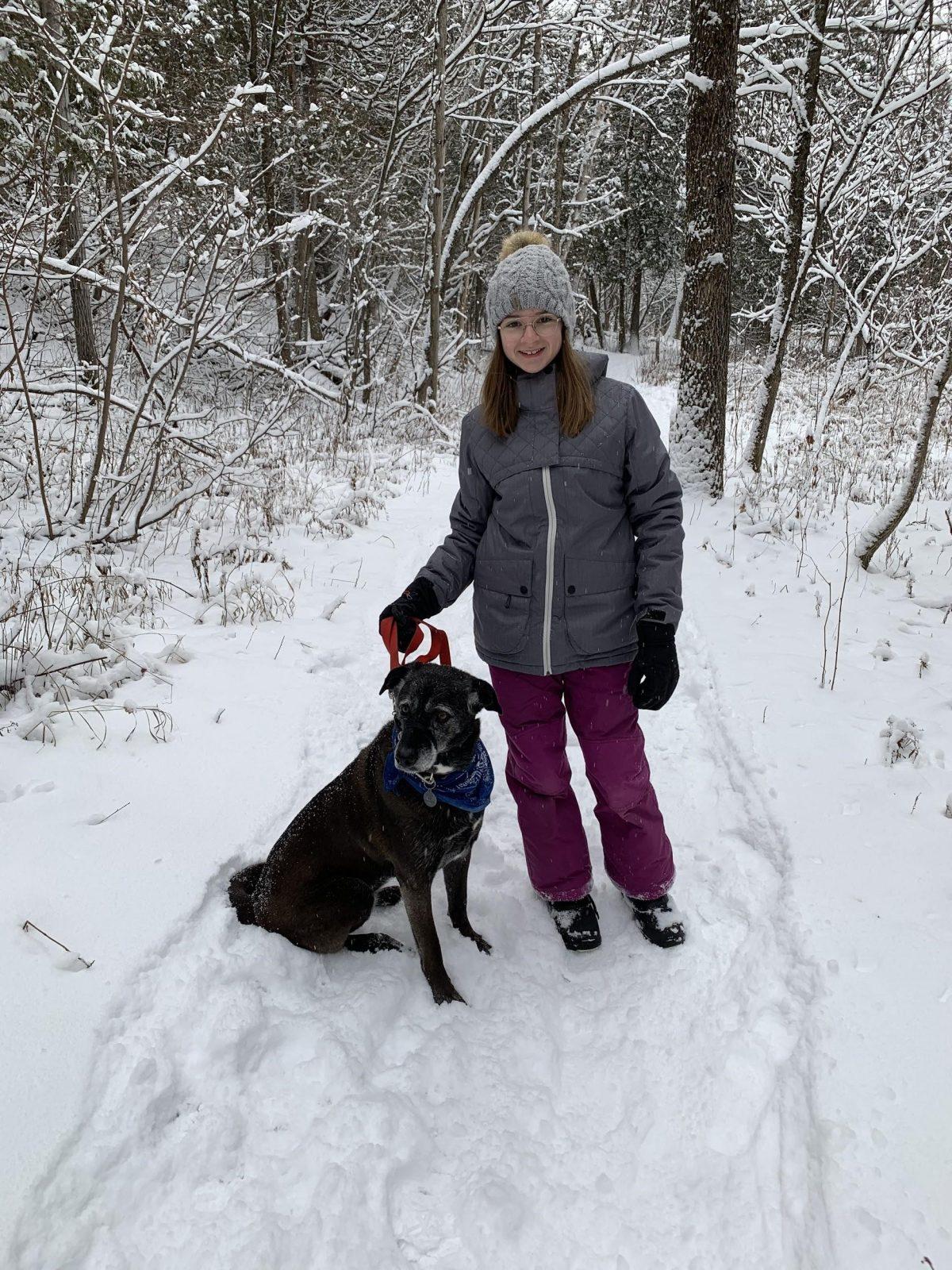 Lauriane Nadeau en compagnie de son chien à la réserve naturelle du Marais-Léon-Provancher. Portrait d'une jeune nouvelle bénévole.