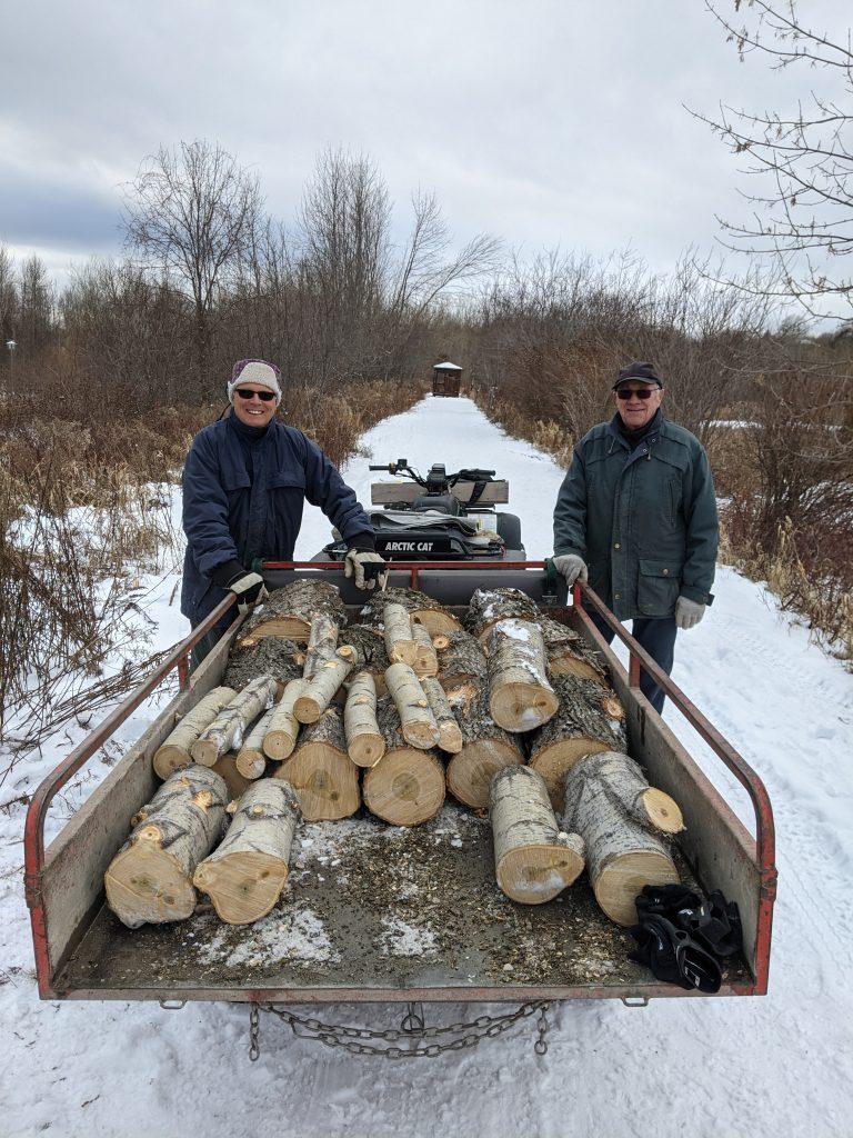 Une fois les arbres coupés, il faut les ramasser et les récupérer. Deux bénévoles, Denis Langevin et Marcel Turgeon (de gauche à droite), s'affairent à cette récupération avec beaucoup d'enthousiasme!