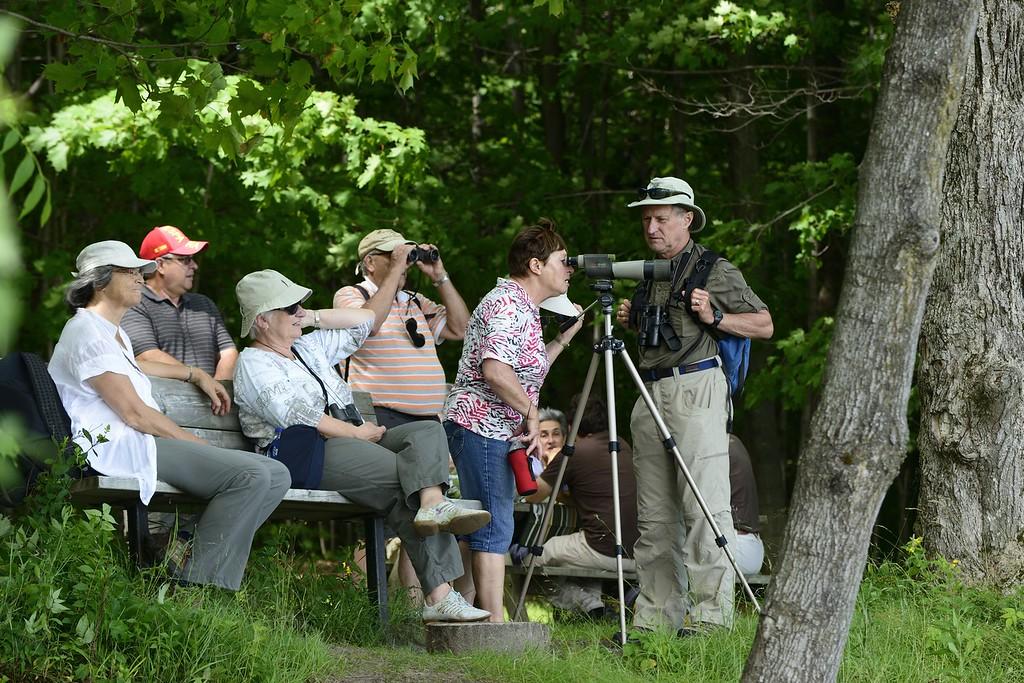 Ce groupe de d'ornithologues amateurs s'initie à l'ornithologie à la réserve naturelle du Marais-Léon-Provancher.