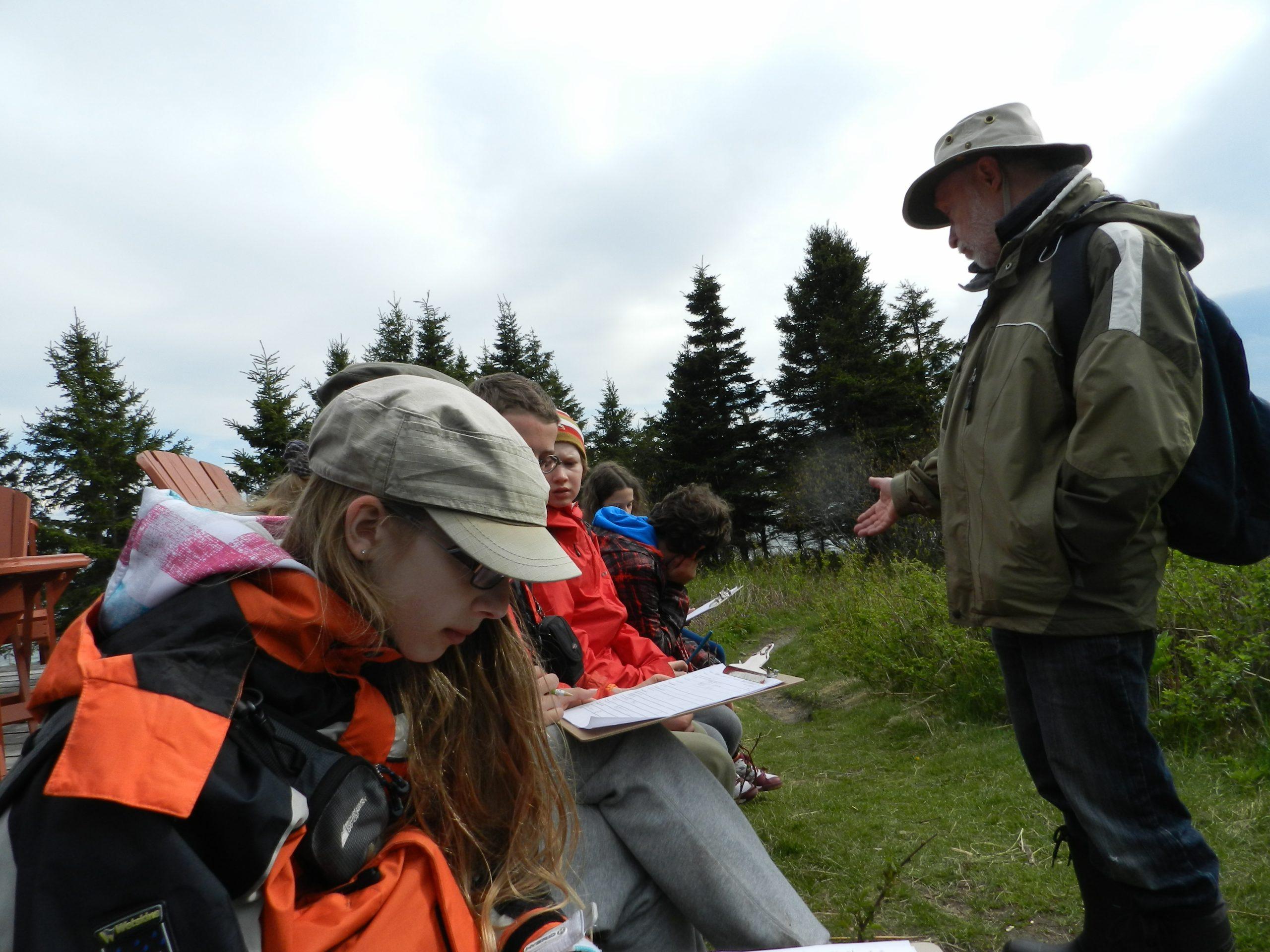 Bien concentrés, les stagiaires en sciences naturelles à l'île aux Basques reçoivent les consignes de Laurent Demers. Stage à l'île aux Basques