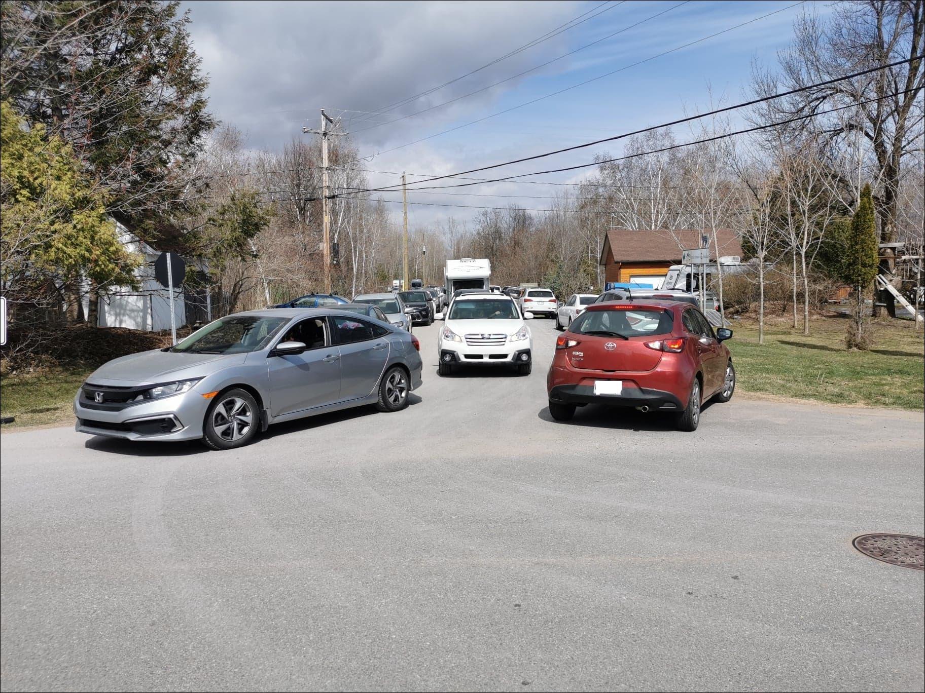 Rue bloquée par des stationnements improvisés