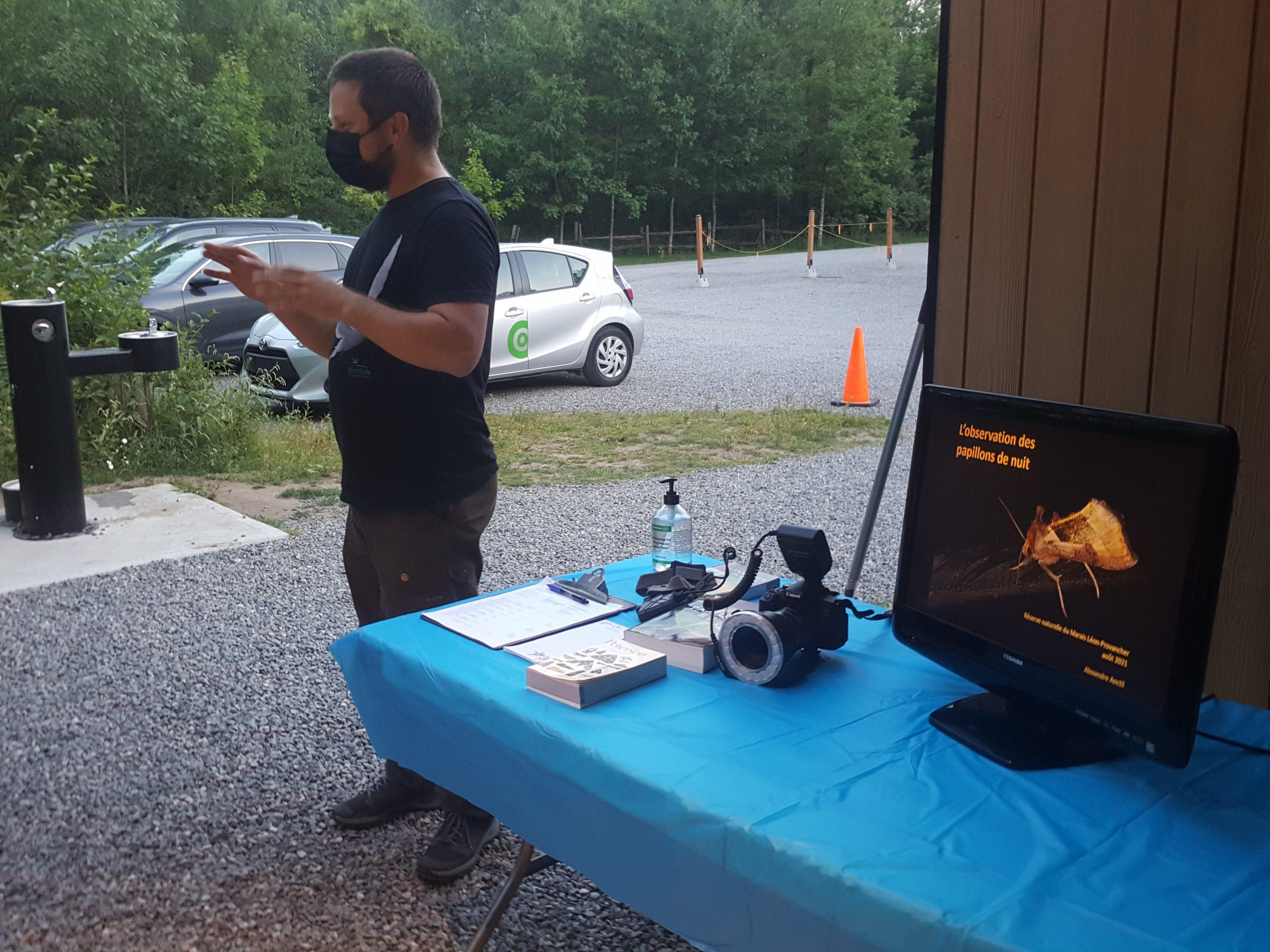 Activité Découverte des papillons de nuit, le 6 août 2021. Alexandre Anctil, guide-animateur, au cours de la présentation de l'activité.