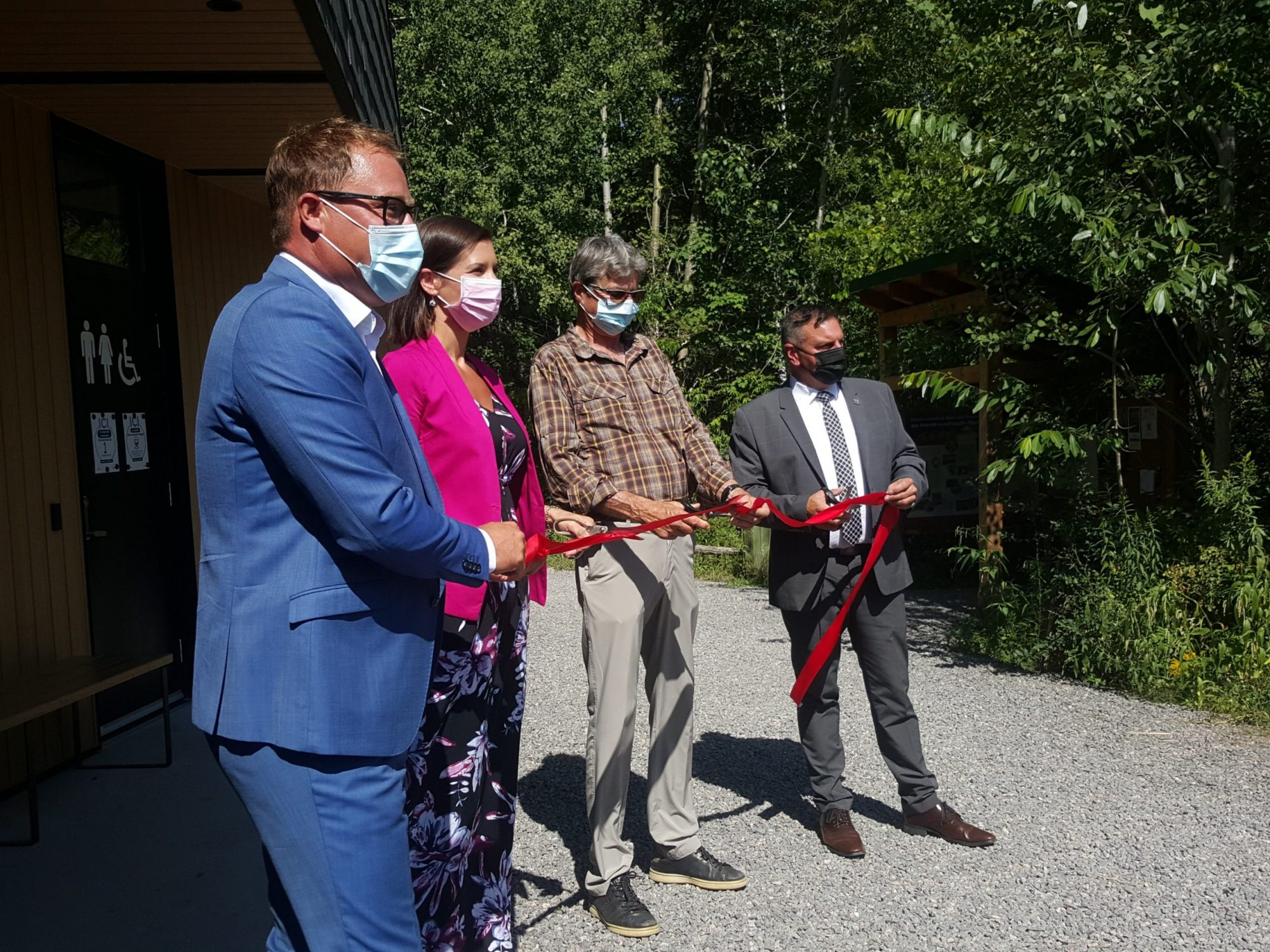 Le cordon est enfin coupé! Le nouveau pavillon d'accueil à la réserve naturelle du Marais-Léon-Provancher est maintenat inauguré officiellement en ce jour du 18 août 2021. Cela s'est fait en présence de : M. Bernard Gaudreau, Mme Geneviève Guilbault, M. Daniel St-Onge, M. Vincent Caron.